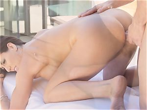 MILFY mommy Makayla Cox cleaned and humped by the pool boy