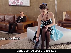 PINUP lovemaking - Suzy Bell loves vintage fantasy plow