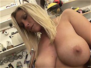 sizzling Devon Lee loves teasing her saucy raw nub